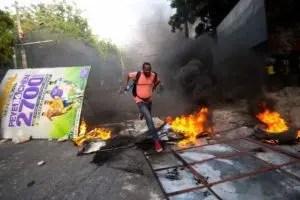 En varios puntos de Puerto Príncipe y de las ciudades aledañas se registraron disturbios, incendios intencionados y saqueos.