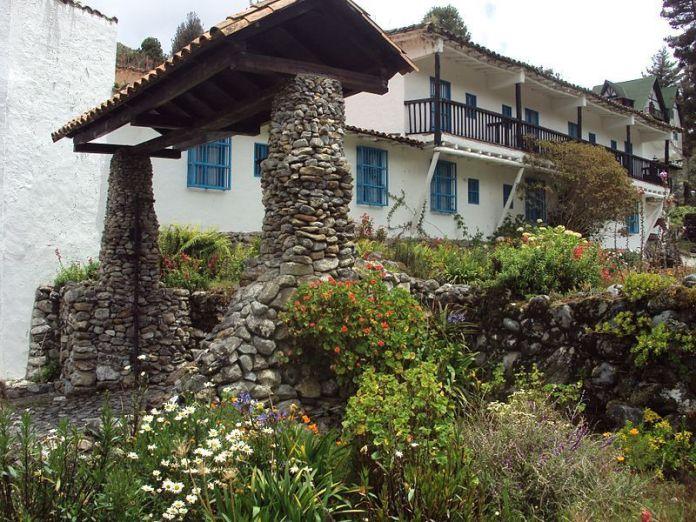 Entrada al Hotel Los Frailes