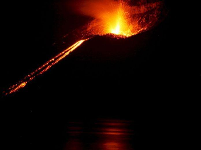 El volcán Krakatoa, el Popocatépetl y 13 volcanes más registraron actividad la noche entre el 10 y el 11 de abril