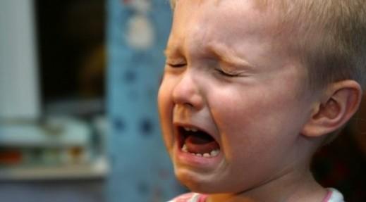 El niño al que retaron por llorar