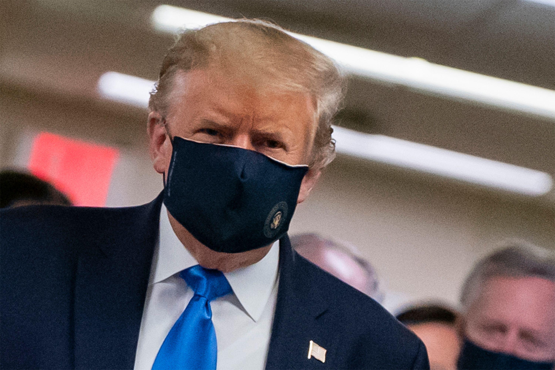 El presidente Trump usa una máscara en público por primera vez durante su visita a Walter Raleigh
