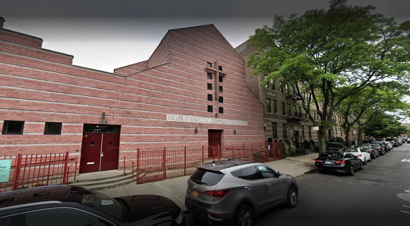 Hombre muere baleado en la cara frente a iglesia de Nueva York; adolescente también a una milla de distancia