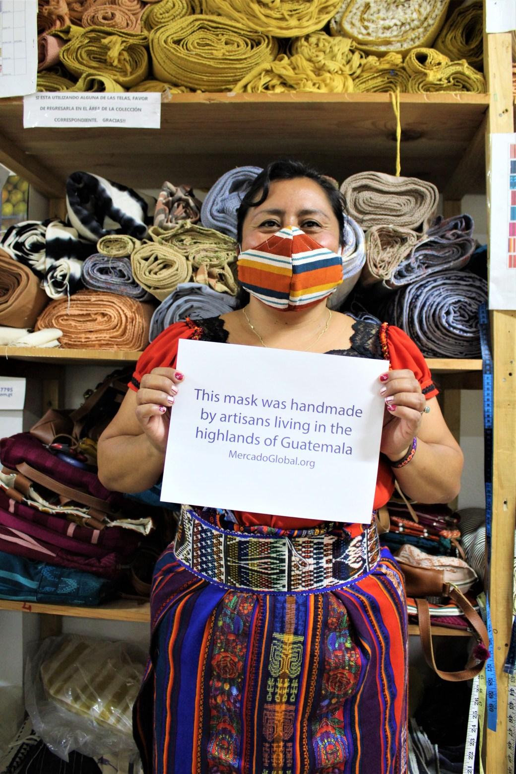 Artesanas guatemaltecas donan y venden máscaras ahora claves para sus comunidades
