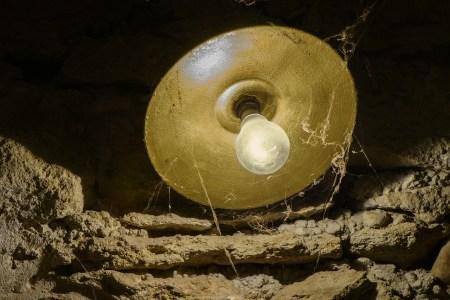 lampe proprete toile araignee airbnb