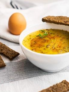 Bissara ou soupe de pois cassés servie avec de l'huile d'olive et des épices