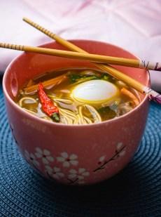 Soupe d'inspiration asiatique avec des nouilles