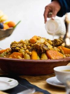 couscous viande de bœuf avec légumes et raisins secs caramélisés