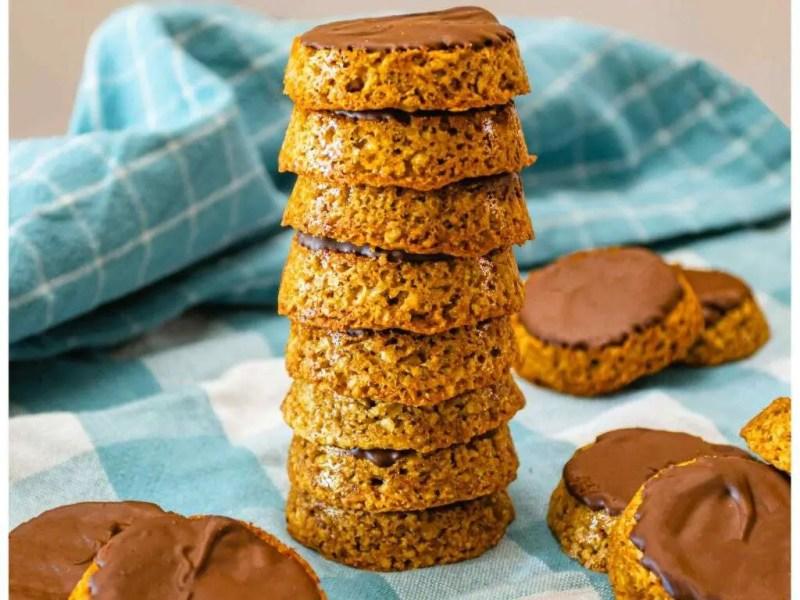 pile de biscuits à l'avoine est au chocolat sur une serviette à carreauxpile de biscuits à l'avoine est au chocolat sur une serviette à carreaux