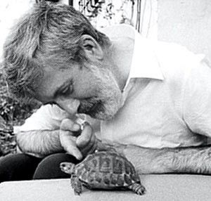 Michael Ende con una tortuga