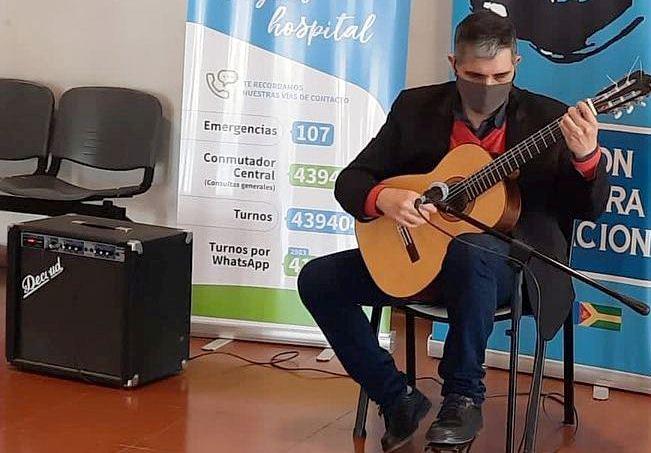 Música para los pacientes en aniversario de centro de salud