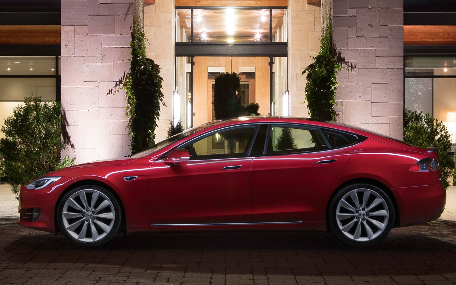 Tesla is discontinuing its least expensive Model S with 60 kWh battery pack next month
