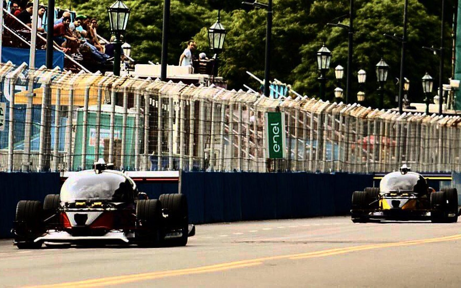 First self-driving car 'race' ends in a crash at the Buenos Aires Formula E ePrix; two cars enter, one car survives