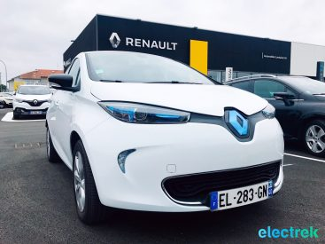 7 Renault Zoe White Electric Vehicle front view hood blue light Battery Powered Green Electrek Best Selling EV Europe - 111