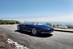 """Mit dem Heck in """"boat tail""""-Form erinnert das Vision Mercedes-Maybach 6 Cabriolet an eine Luxusyacht. In die Außenkanten des langgestreckten, runden Bootshecks sind die schmalen, breitenbetonenden Rückleuchten integriert. Die Chromleiste auf dem Heck nimmt auch die vertikale Bremsleuchte auf. The extended, round """"boat tail"""" format of the Vision Mercedes-Maybach 6 Cabriolet's rear recalls a luxury yacht, and narrow tail lights which emphasise the width of the vehicle are integrated in its outer edges. the chrome trim element on the boot lid also incorporates the vertical brake lights."""