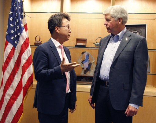 "Michigan Governor Rick Snyder congratulates LG Electronics USA Senior Vice President Ken Chang as LG announces plans to establish a new electric vehicle components plant in Hazel Park., Mich., and expanded R&D center in Troy, Mich., creating nearly 300 jobs. ""LG's great technological advancements and our outstanding workforce will help pave the way for the vehicles of the future right here in Michigan. When leading global companies like LG invest in Michigan and create hundreds of good, high-paying jobs here, it speaks volumes about the strong business and mobility climate in the state today,"" the governor said. (PRNewsfoto/LG Electronics USA)"