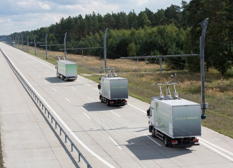 In California Siemens has teamed up with the automaker Volvo and local truck retrofitters in order to carry out a pilot project with the South Coast Air Quality Management District (SCAQMD). The plan is to set up a zero-emission corridor on Interstate Highway 710, between the two sea ports and the inland railway hubs around 30 kilometers away, where shuttle transport using e-trucks will relieve the burden on this smog-plagued region. Project planning is already underway. The picture shows an driving scene at the extended eHighway test track in Groß Dölln, Germany