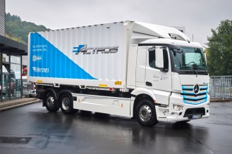 Mercedes-Benz Trucks startet die Praxistests seines vollelektrischen schweren Lkw eActros. Der Handels- und Logistikdienstleister Hermes ist der erste von insgesamt 20 Kunden aus unterschiedlichen Branchen, die den Elektro-Lkw in ihre Flotte integrieren. Mercedes-Benz Trucks is starting practical trials for its all-electric heavy-duty eActros truck. The retail and logistics service provider Hermes is the first of 20 customers in different sectors who will integrate the electric truck into their fleets.