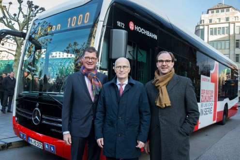 Till Oberwörder, Leiter Daimler Buses, übergab den ersten Mercedes-Benz eCitaro in Anwesenheit von Dr. Peter Tschentscher, Erster Bürgermeister der Freien und Hansestadt Hamburg, an Henrik Falk, Vorstandsvorsitzender der Hamburger Hochbahn AG. Till Oberwörder, Head of Daimler Buses, handed over the first Mercedes-Benz eCitaro to Henrik Falk the Chairman of the Board at Hamburger Hochbahn AG in the presence of Dr. Peter Tschentscher, Mayor of Hamburg.