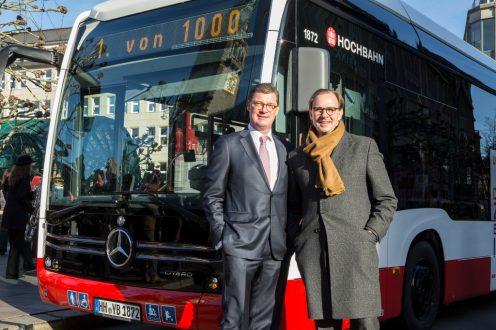 Till Oberwörder, Leiter Daimler Buses, übergab den ersten Mercedes-Benz eCitaro an Henrik Falk, Vorstandsvorsitzender der Hamburger Hochbahn AG. Till Oberwörder, Leiter Daimler Buses, übergab den ersten Mercedes-Benz eCitaro an Henrik Falk, Vorstandsvorsitzender der Hamburger Hochbahn AG.