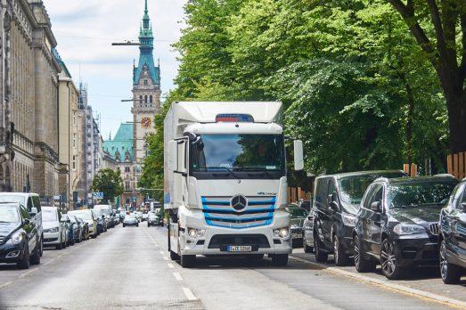 "Nagel-Group fährt jetzt in Hamburg elektrisch – gesamte Mercedes-Benz eActros ""Innovationsflotte"" im Praxiseinsatz Nagel-Group in Hamburg goes electric – entire Mercedes-Benz eActros ""Innovation fleet"" now in practical testing"