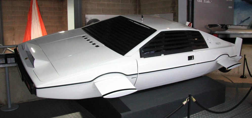 Lotus_Esprit_(The_Spy_Who_Loved_Me)_left-front_National_Motor_Museum,_Beaulieu