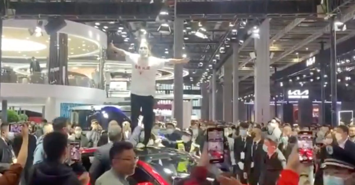 Tesla faces backlash after unhappy customer crashes Shanghai Motor Show booth - Electrek