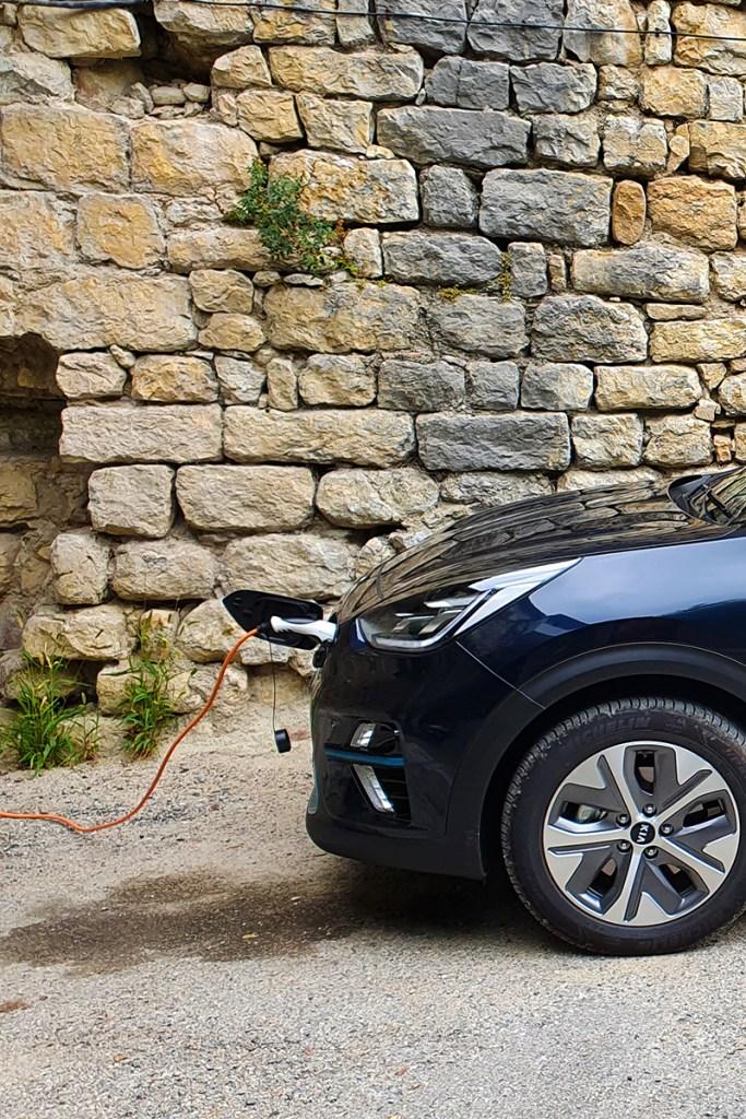 chargeur basique vehicule electrique kia niro - Installer une borne de recharge privée pour véhicules électriques