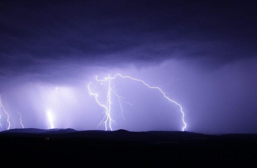 बिजली/इलेक्ट्रिसिटी का आविश्कार कैसे हुआ और किसने किया