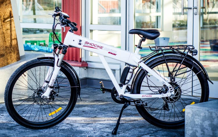 The Shocke Spark electric bike arrives fully loaded and ready for you to commute, thanks to having good lights, a strong rack, a very sturdy stand, and good fenders as standard