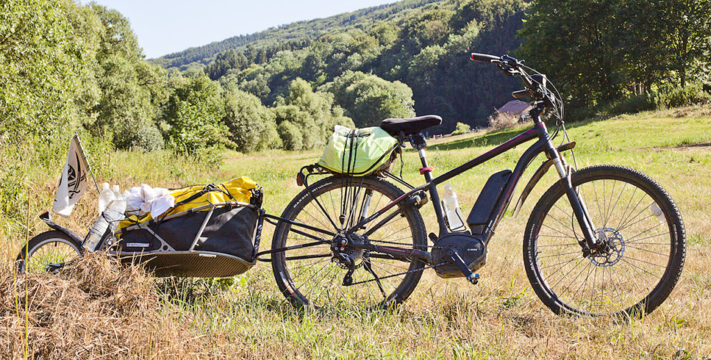 electric-mountiain-bike-touring-with-trailer