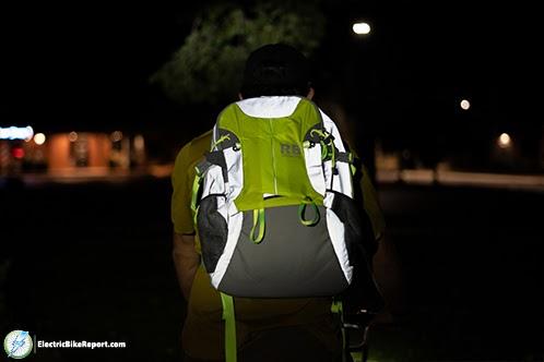 Riderbag-reflektor-at-night-min