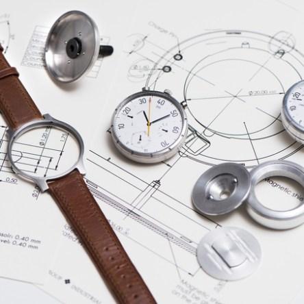 Moskito. Velocímetro y reloj analógico suizo