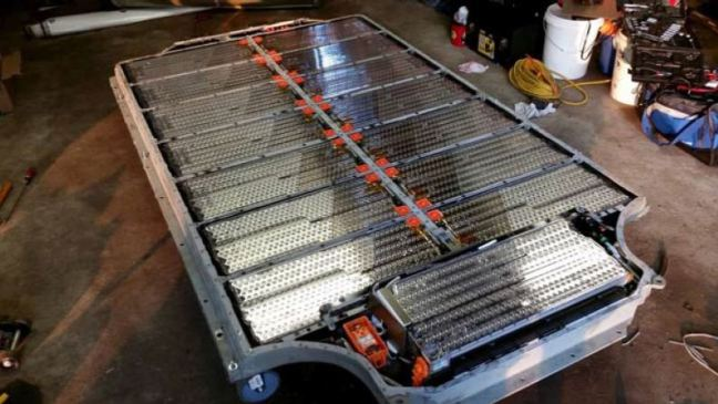 مجموعة بطاريات ليثوم أيون في سيارة تيسلا الكهربائية