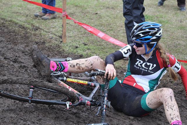 падение девушки с шоссейного велосипеда