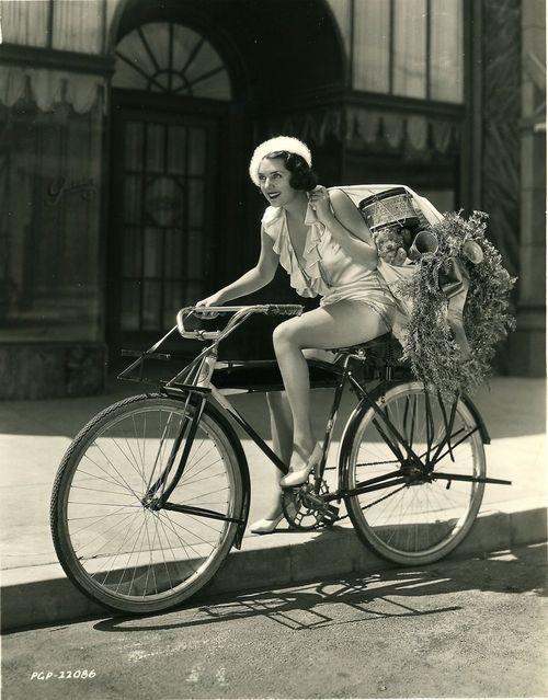 старинная фотография Сьюзен Флеминг на велосипеде с подарками. 1932 год.