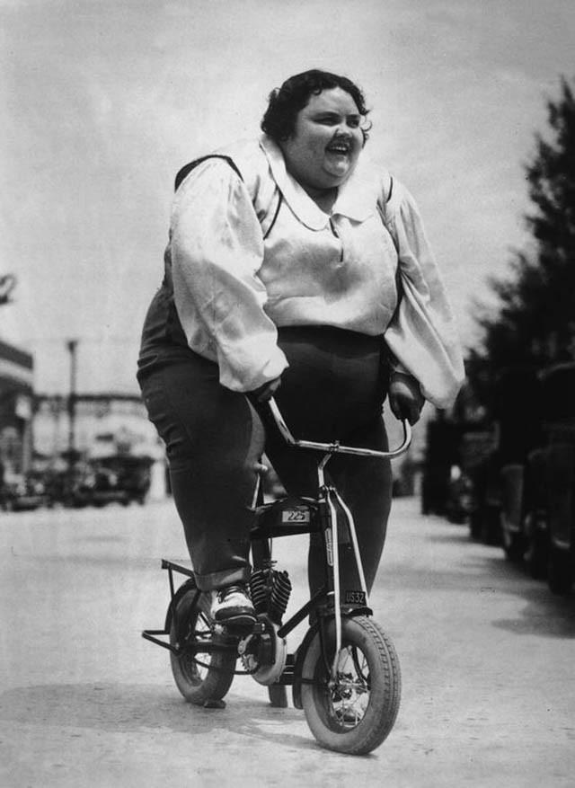 Тини Гриффин готовится принять участие в велопараде в Южной Калифорнии. 1935 год