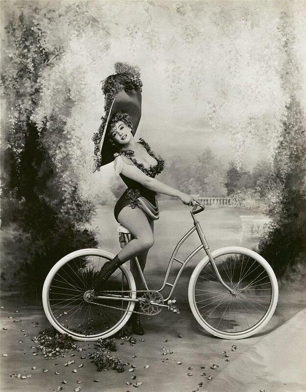 девушка на велосипеде история фотографии