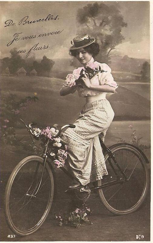 раскрашенная черно-белая фотография, девушка на велосипеде ретро