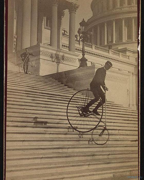 1884 год, спуск на велосипеде-пауке по ступенькам Капитолия в Вашингтоне.