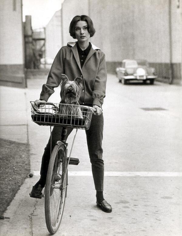Одри Хепбёрн на велосипеде. 50-е. США.