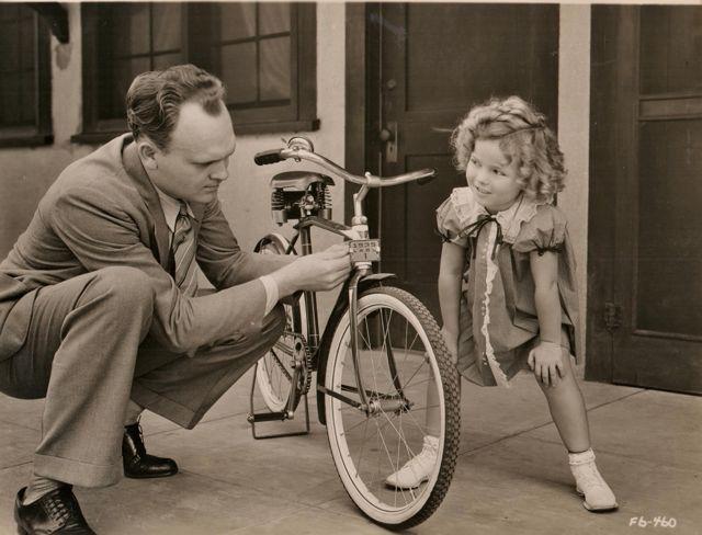 девочка и подростковый дорожный велосипед