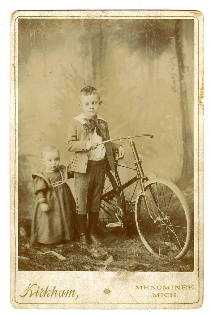 брат и сестра на старинных велосипедах
