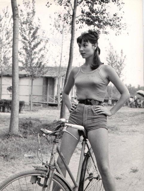 дорожный велосипед и девушка