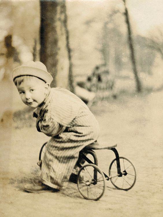 ребенок на трехколесном велосипеде ретро