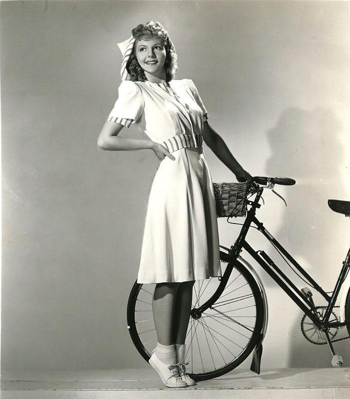 Мэри Мартин (англ. Mary Martin) — американская актриса и певица, четырежды становившаяся обладательницей театральной премии «Тони» позирует с велосипедом.