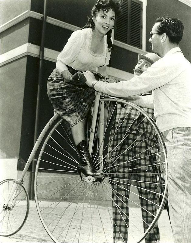 Джина Лоллобриджида осваивает велосипед. 1955 год.