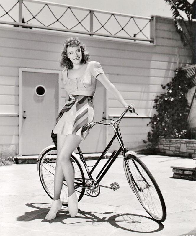 Клэр Додд рекламирует велосипед. 1941 год.