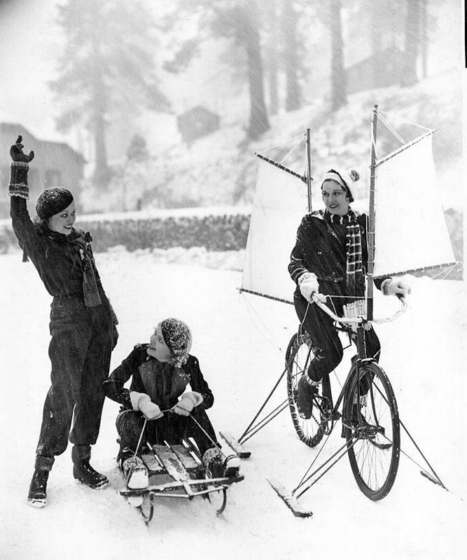 Гейл Патрик на парусном лыжном велосипеде, Верна Хилли на санках, Лона Андре объявляет старт. 1933 год.