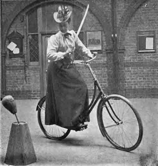 девушка с саблей на велосипеде ретрофотография