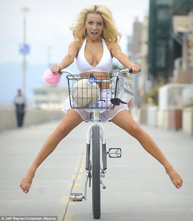 блондинка на велосипеде